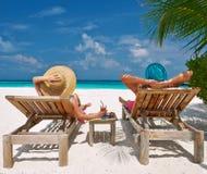 在一个海滩的夫妇在马尔代夫 免版税库存照片