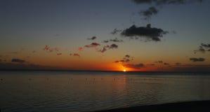 在一个海滩的奇妙日落在Maurtius 免版税库存图片