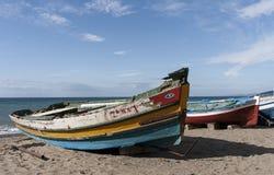 在一个海滩的岸的渔船在地中海的 图库摄影