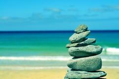 在一个海滩的平衡的石头在费埃特文图拉岛,加那利群岛,温泉 库存照片