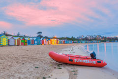 在一个海滩的救助艇与小屋 免版税库存照片