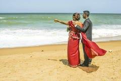 在一个海滩的新婚的夫妇在科伦坡,斯里兰卡附近 免版税库存图片