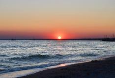 在一个海滩的日落在别尔江斯克 乌克兰 免版税库存图片