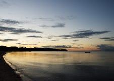 在一个海滩的日落在Middelfart,丹麦附近 免版税库存照片