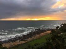 在一个海滩的日落从上流 免版税库存图片