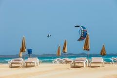 在一个海滩的未知的kitesurfers在Corralejo,费埃特文图拉岛,加那利群岛,西班牙 免版税库存照片
