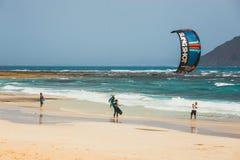 在一个海滩的未知的kitesurfers在Corralejo,费埃特文图拉岛,加那利群岛,西班牙 库存图片