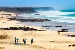 在一个海滩的未知的kitesurfers在El Cotillo村庄在费埃特文图拉岛海岛, Sp 图库摄影