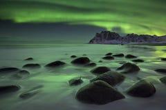 在一个海滩的极光borealis在Lofoten在挪威 图库摄影