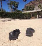 在一个海滩的沙子的鞋子在大加那利岛 免版税库存图片