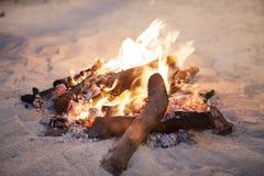 在一个海滩的火火焰在沙子 库存照片