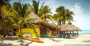 在一个海滩的热带酒吧在科苏梅尔海岛,墨西哥上 图库摄影