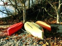 在一个海滩的皮船在秋天 免版税库存图片
