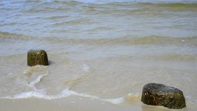 在一个海滩的石头与在波罗的海的软的断裂波浪 股票视频