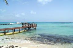 在一个海滩的码头在坎昆,墨西哥 免版税库存照片