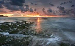 在一个海滩的美好的日落在葡萄牙 免版税库存图片