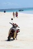 在一个海滩的被放弃的滑行车在桑给巴尔 库存照片