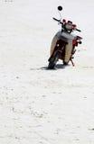 在一个海滩的被放弃的滑行车在桑给巴尔 免版税图库摄影