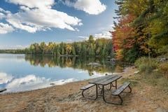 在一个海滩的野餐桌在秋天-安大略,加拿大 库存照片