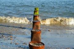 在一个海滩的Groynes在西萨塞克斯郡在英国 免版税库存图片