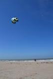 在一个海滩的Kiting在Oostende,比利时 库存图片