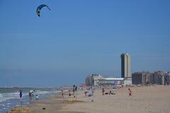 在一个海滩的Kiting在Oostende,比利时 免版税库存图片