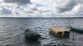 在一个淡水湖的晴朗的天气 在波浪岩石小船上 在蓝天醉汉云彩 股票视频