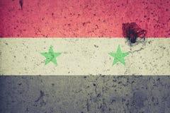 在一个混凝土墙上绘的叙利亚旗子 标志叙利亚 被构造的抽象背景 免版税库存照片