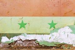 在一个混凝土墙上绘的叙利亚旗子 标志叙利亚 被构造的抽象背景 免版税库存图片