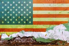 在一个混凝土墙上绘的美国国旗 美国的标志 被构造的抽象背景 免版税图库摄影