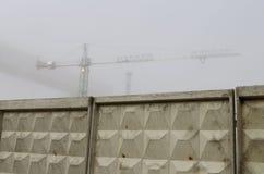 在一个混凝土墙后的建造场所 库存图片