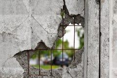 在一个混凝土墙的孔 图库摄影