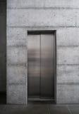 在一个混凝土建筑的现代电梯 免版税库存照片