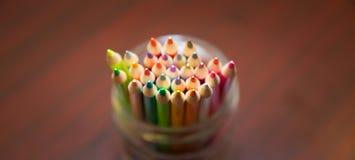 在一个清楚的瓶子的组织的颜色铅笔 免版税库存图片