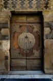 在一个清真寺的一个历史年迈的门在开罗 免版税图库摄影