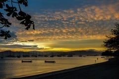 在一个渔夫` s村庄的日落在弗洛里亚诺波利斯 库存照片