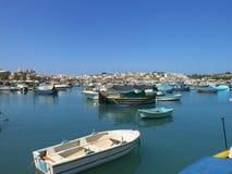 在一个渔村的小游艇船坞的看法 免版税库存照片