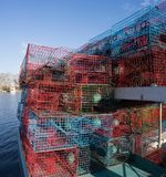 在一个渔船堆积的螃蟹陷井 免版税库存照片