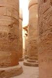 在一个温暖的复活节晚上期间,可爱的观点的卡纳克神庙寺庙的了不起的次附尖霍尔  埃及卢克索 图库摄影