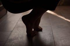 在一个温暖的木地板上的腿 库存照片