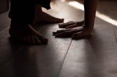 在一个温暖的木地板上的腿 库存图片