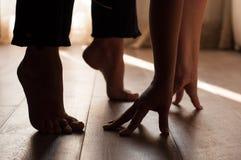 在一个温暖的木地板上的腿 免版税库存照片