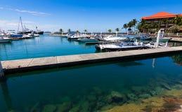 在一个港口的小船有蓝天的 库存照片