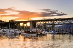 在一个港口的日落在温哥华, BC,加拿大 免版税库存照片