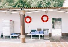 在一个游泳的区域的红色救护设备 免版税库存照片