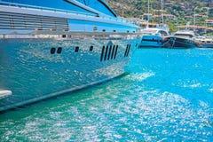 水在一个游艇船身反射了在波尔图Cervo港口 库存照片