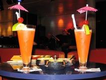 在一个游轮酒吧的桌上的两五颜六色的coctails在度假 库存图片