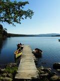 在一个湖岸船坞的空的小船 图库摄影