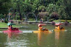 在一个湖的人踩的踏板的小船在Dusit动物园,曼谷,泰国里 库存照片