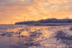 在一个湖的冰日出的 免版税库存图片